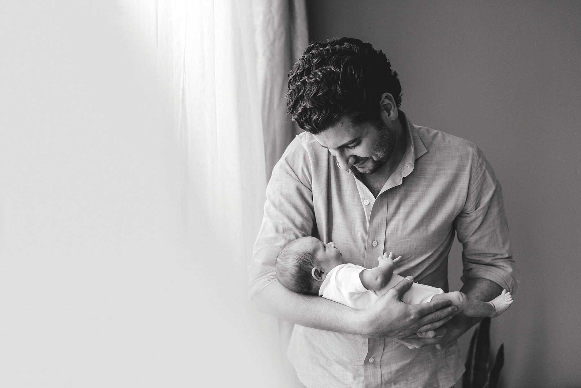 chicago-newborn-photographer-lifestyle-in-home-dad-and-baby